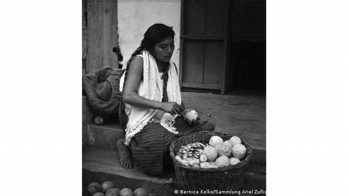 Esta imagen tomada en 1957 muestra a una vendedora de frutas en el estado de Puebla. Parte de la colección Ariel Zúñiga.