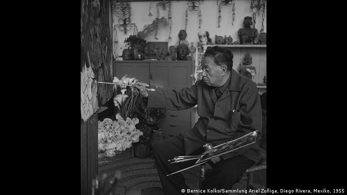 Diego Rivera, trabajando en su casa estudio en Coyoacán