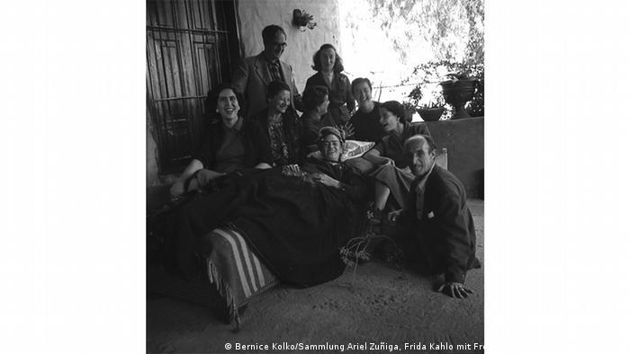 Ausstellung Bernice Kolko Frida Kahlo Die Gesichter Mexikos (Bernice Kolko/Sammlung Ariel Zuñiga, Frida Kahlo mit Freunden, Coyoacán, Mexiko, 1954)