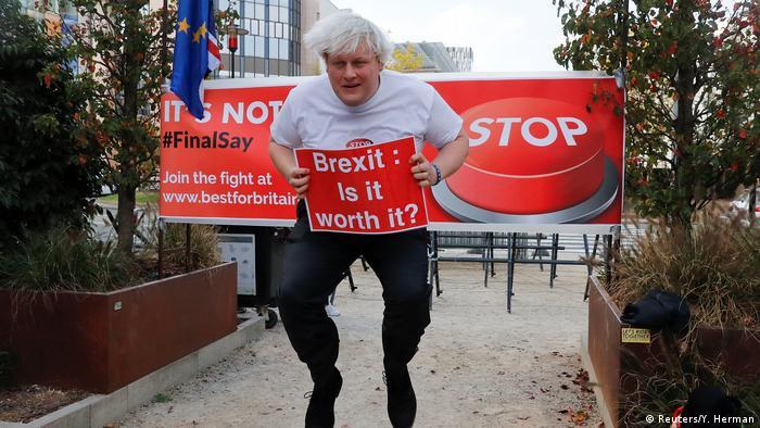 BdT: Belgien, Brüssel: Drew Galdron, der Imitator von Boris Johnson, springt während einer Demonstration gegen den Brexit (Reuters/Y. Herman)