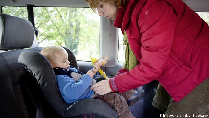 Symbolbild | Kindersitz im Auto Little (imago/photothek/U. Grabowsky)