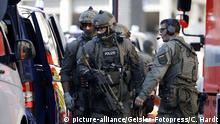 Police teams deal respond to a hostage situation at Cologne's main train station (picture-alliance/Geisler-Fotopress/C. Hardt)