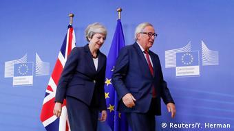 A premiê britânica, Theresa May, e o presidente da Comissão Europeia, Jean-Claude Juncker, em Bruxelas