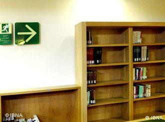 شماری از قفسههای نسبتا خالی کتابخانه ملی در تهران