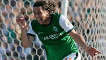 Der Bremer Pizarro jubelt über seinen ersten Treffer. (Quelle: AP Photo/Joerg Sarbach)