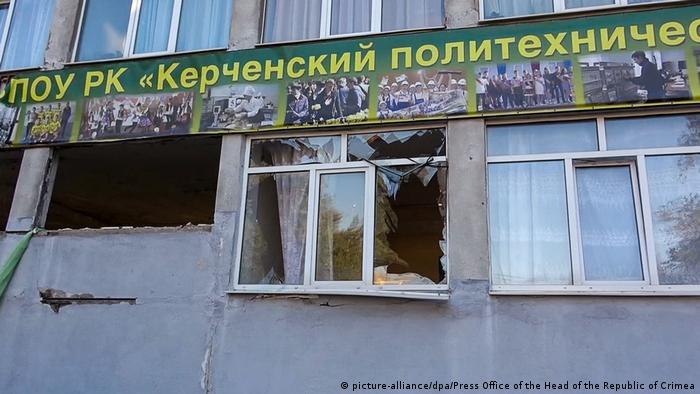 Здание Керченского политехнического колледжа после взрыва и стрельбы