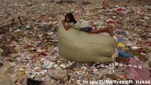 BdTD - Bangladesch Dhaka Kind spielt im Müll