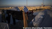 26.04.2017 Eine griechische Nationalflagge weht auf einem Zelt am Flüchtlingslager Souda auf der Insel Chios, Griechenland am 26.04.2017. Rund 3700 Flüchtlingen und Migranten sitzen auf der Ägäis-Insel Chios fest. (zu dpa Ägäisinsel Chios: Das europäische Flüchtlingsgefängnis vom 28.04.2017) Foto: Angelos Tzortzinis/dpa | Verwendung weltweit