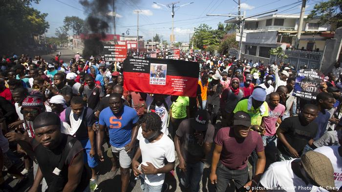 Haiti Port-au-Prince Proteste gegen Regierung wegen Korruption (picture-alliance/AP Photo/D. N. Chery)