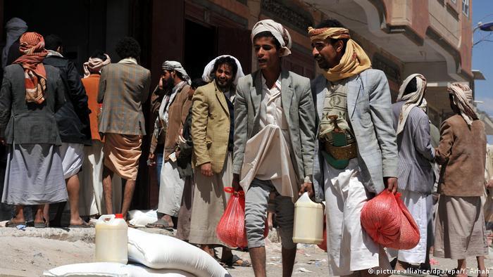 Arşiv 2014: Başkent Sana'da gıda malzemesi dağıtılan Yemenliler