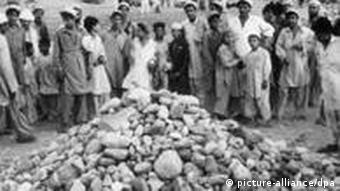 در برخی از کشورهای اسلامی مجازات سنگسار جریان دارد. عکس آرشیوی صحنهای فجیع را در پاکستان نشان میدهد