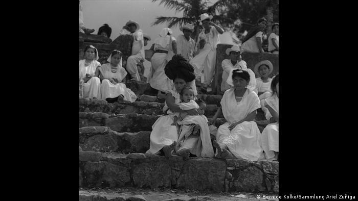 Bernice Kolko fotografió a un grupo de mujeres en Cuetzalan, Puebla.