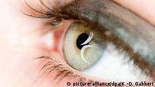 ILLUSTRATION - Das Symbol fuer Bisexualitaet, zwei Halbmonde, spiegeln sich am 26.04.2010 in Berlin in den Augen eines Maedchens. Foto: Klaus-Dietmar Gabbert   Verwendung weltweit