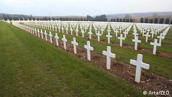 Milhares de cruzes brancas em um campo