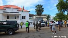 1. Titel: Demonstranten protestieren in der Nähe dem Verfassungsgericht in Sao Tome und Principe. 2. Bildbeschreibung: Demonstranten protestieren in der nahe dem Verfassungsgericht in Sao Tome und Principe. 3. Fotograf: Ramusel Graça (DW/R. Graça) 4. Wann wurde das Bild gemacht: 18.10.2018 5. Wo wurde das Bild aufgenommen: São Tomé, Sao Tome und Principe 6. Schlagwörte: São Tomé, São Tomé und Príncipe, Wahlen, Patrice Trovoada