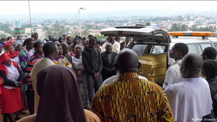 Funerary gathering for Gerard Akiata, who was killed in ethnic violence in Bamenda, Cameroon (DW/D. Tchoffo)