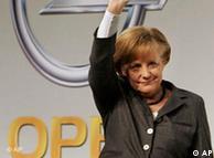 Angela Merkel durante una visita a una planta de Opel.