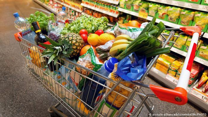 Supermärkte Supermarkt Einkaufswagen (picture-alliance/blickwinkel/McPHOTO)