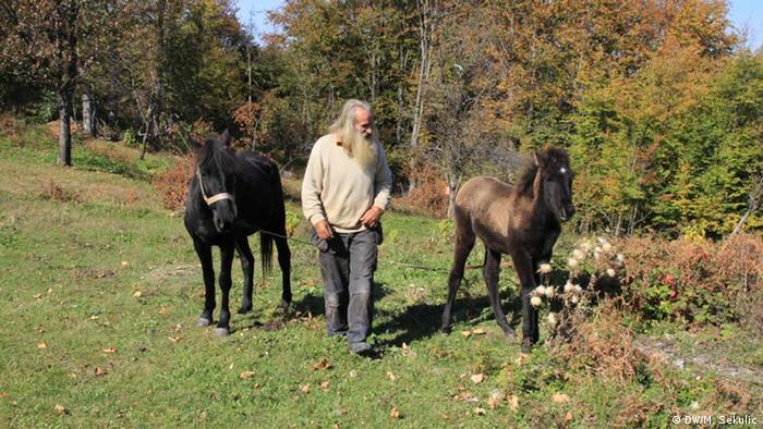 Emin sa dva konja na livadi