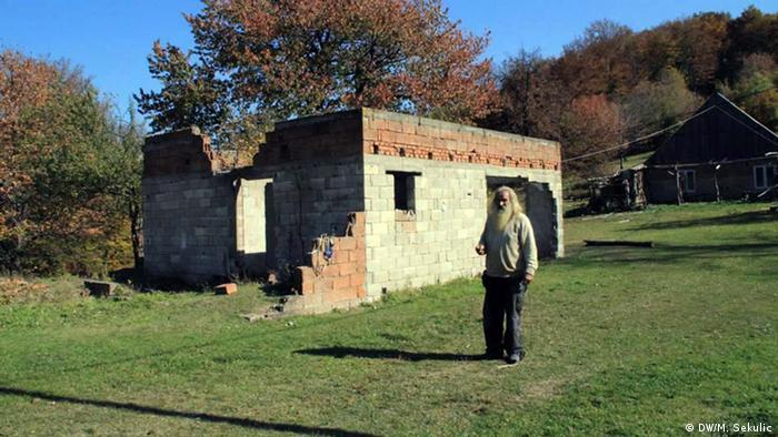 Emin pored dijelom uništene kuće