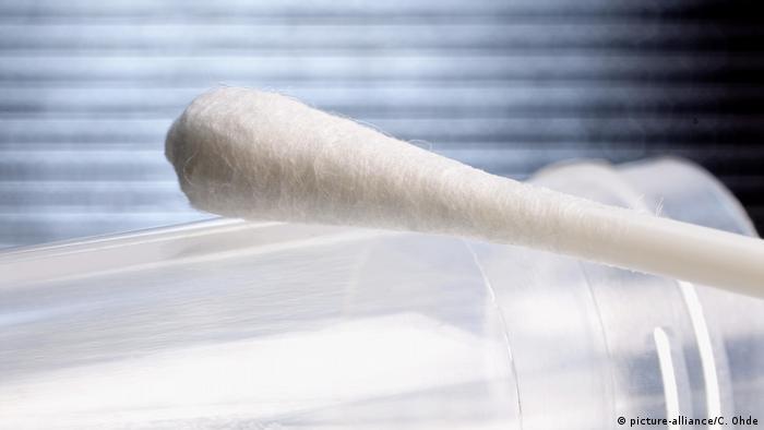Symbolbild: Wattestäbchen für DNA-Test und Vaterschaftstest