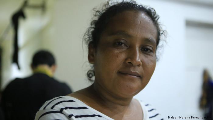 Elia Merida, de 38 años, está en el refugio temporal en el Parque central de Tecún Umán. Su idea es irse a trabajar a los Estados Unidos. Esta acompañada de su hija y su nieta, se siente animada a pesar del cansancio. Dice tener fuerzas para llegar al anhelado destino.