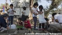 dpatopbilder - 25.09.2018, Griechenland, Moria: Flüchtlinge waschen sich an einer Wasserstelle in einem provisorischen Lager nahe dem Flüchtlingslager Moria. (zu dpa «Moria: Das Lager der Schande auf der Insel Lesbos» vom 28.09.2018) Foto: Socrates Baltagiannis/dpa +++ dpa-Bildfunk +++   Verwendung weltweit