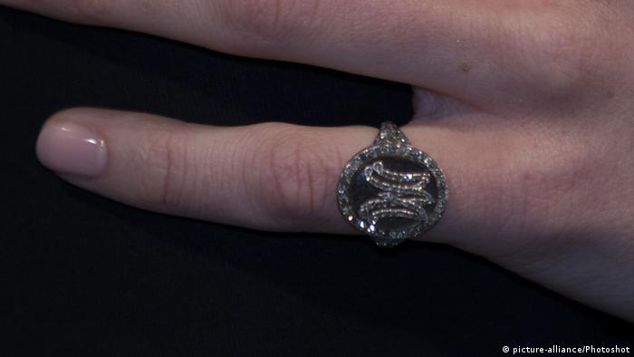 Marie Antoinette monogram ring (picture-alliance/Photoshot)