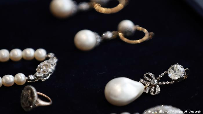 Queen Marie Antoinette's Pearl with matching earrings, a pear necklace, and a ring (picture-alliance/AP Images/F. Augstein)