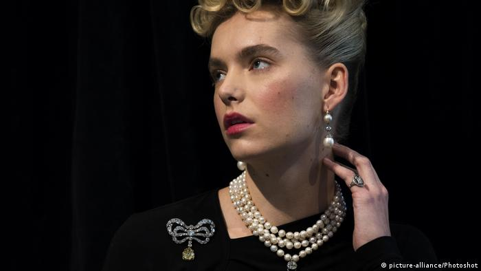 Model wearing Marie Antoinette's jewelry (picture-alliance/Photoshot)