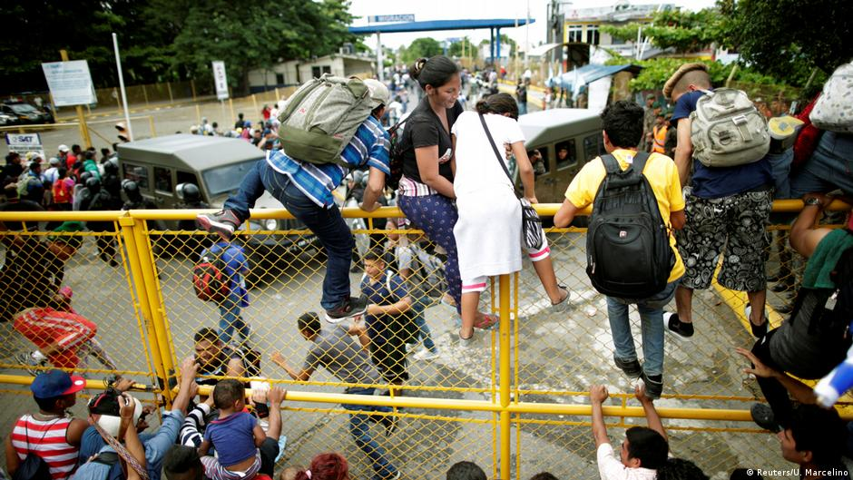Migranten aus Honduras am Grenzübergang in Tecun Uman auf dem Weg in die USA