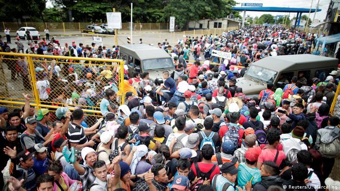 Migranten aus Honduras am Grenzübergang in Tecun Uman auf dem Weg in die USA (Reuters/U. Marcelino)