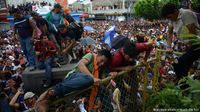 Мігранти з Гондурасу намагаються прорватися через кордон до Мексики, 19 жовтня 2018 року