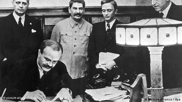 Η υπογραφή της συμφωνίας έγινε από τους υπουργούς Ρίμπεντροπ και Μολότοφ στη Μόσχα