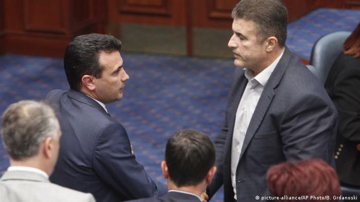 Makedonya Başbakanı Zoran Zaev (solda) oylamanın ardından vekillerin tebriklerini kabul etti.