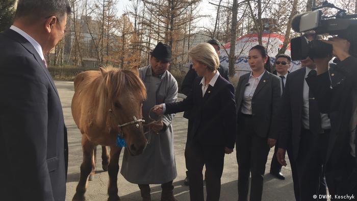 Von der Leyen pets her horse in Mongolia (DW/M. Koschyk)