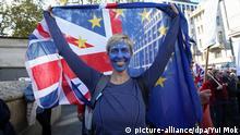 20.10.2018, Großbritannien, London: Eine Teilnehmerin der Demonstration für ein zweites Brexit-Referendum hat sich eine EU-Fahne auf das Gesicht gemalt. Die Organisation «People's Vote» wirbt für ein zweites Referendum, bei dem die Bürger über den finalen Brexit-Deal abstimmen dürfen. Foto: Yui Mok/PA Wire/dpa +++ dpa-Bildfunk +++ |