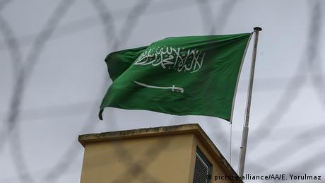 Istanbul Fahne Saudi Arabiens auf Konsulat (picture-alliance/AA/E. Yorulmaz)