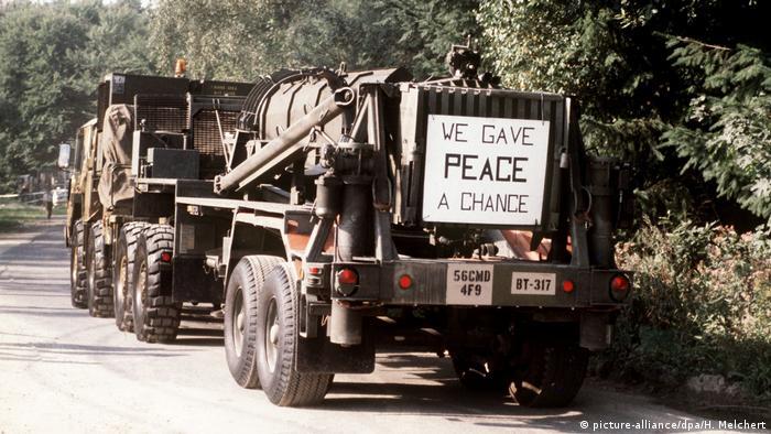 Le hemos dado una oportunidad a la paz, se lee, en inglés, al fondo de este camión militar, que transporta misiles Pershing-II estacionados en Alemania, para su desmontaje y destrucción o devolución de piezas a EE. UU.