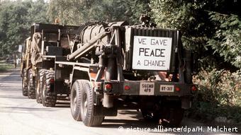 1988 год: вывод ракет Першинг-2 из Германии. На плакате: Мы дали шанс миру (намек на песню Джона Леннона Give peace a chance)