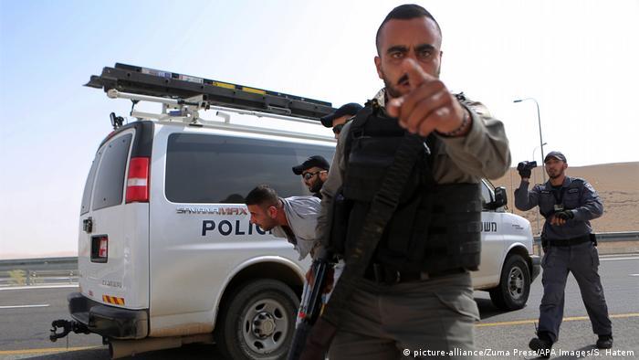Israelische Polizisten nehmen am Samstag einen Demonstranten gegen den Abriss fest