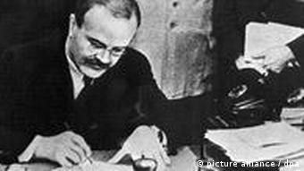 1939 unterzeichneten der Außenminister des Deutschen Reiches, Joachim von Ribbentrop und der sowjetische Außenminister Wjatscheslaw Molotow den Hitler-Stalin-Pakt (Foto: dpa)