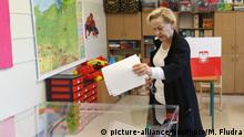 A woman casts her ballot in a local election in Gdansk, Poland (picture-alliance/NurPhoto/M. Fludra)