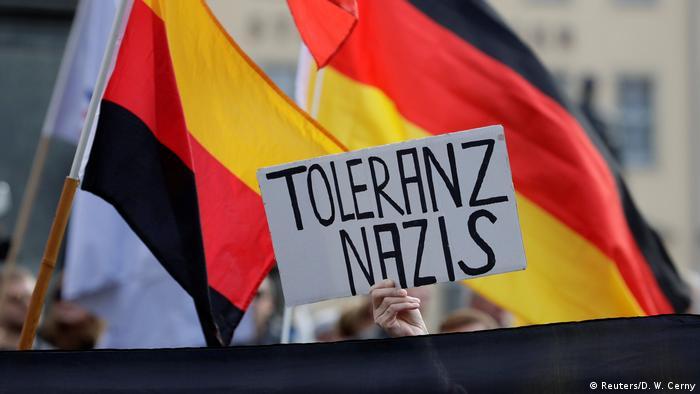 Cartaz durante protesto do Pegida em Dresden