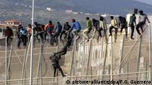 Spanien Migranten versuchen die Exklave Melilla zu erreichen