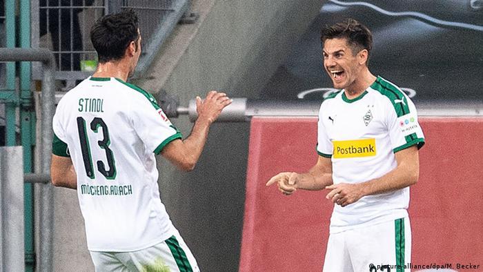 Jonas Hofmann (r) celebrates with Lars Stindl (picture-alliance/dpa/M. Becker)