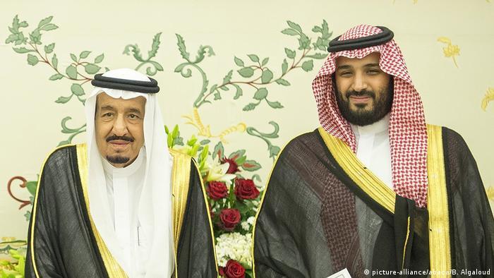 ولي العهد محمد بن سلمان إلى جانب والده الملك سلمان