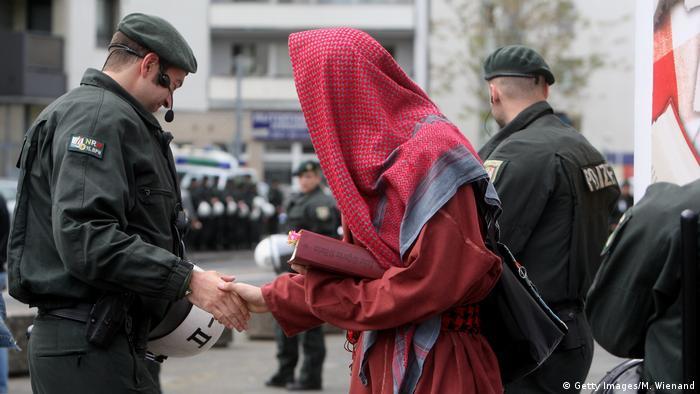 کنترل سلفیها در شهر کلن توسط پلیس