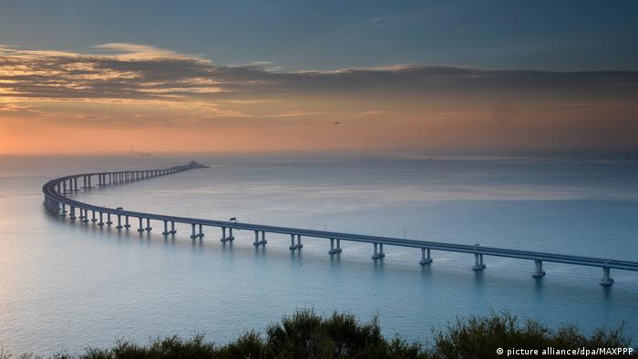 Megaobra de 55 quilômetros de extensão inclui trechos de estradas, três pontes, ilhas artificiais e túnel subaquático