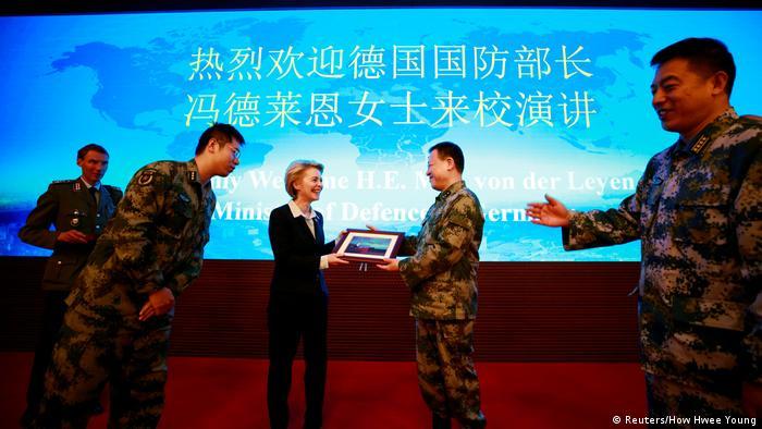 Verteidigungsministerin Ursula von der Leyen in China (Reuters/How Hwee Young)